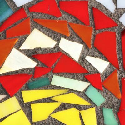Návrh a tvorba rôznych výtvarných motívov sklenenej mozaiky, rezanie, štiepanie, skladanie a lepenie farebného mozaikového skla do výsledného obrazu.