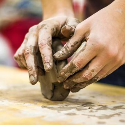 Základy zhotovenia keramického výrobku modelovaním z voľnej ruky a glazovaním vrátane 2 keramických výpalov.