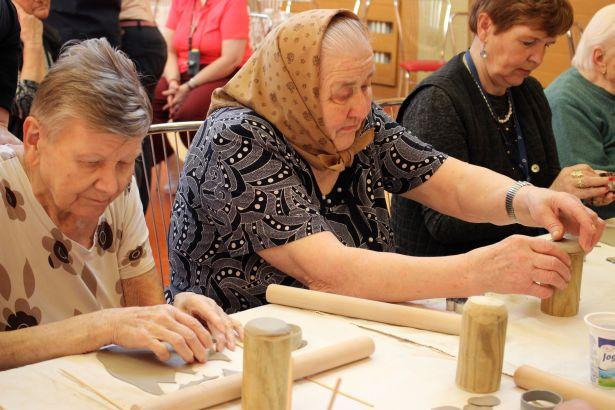 Tvorivé dielne s hlinou pre seniorov 10